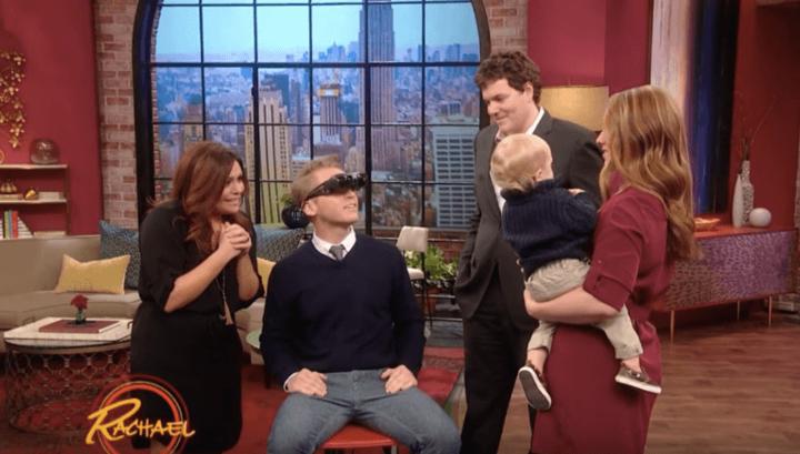 Сліпий чоловік вперше побачив свою дружину і сина