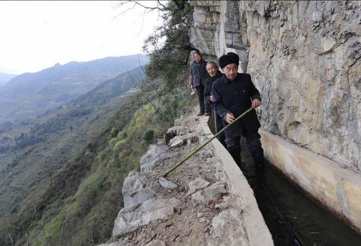 Китаєць продовбав канал на схилі гори, щоб забезпечити водою своє село