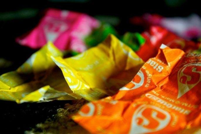 Сукня з 10 000 фантиків від цукерок (фото)