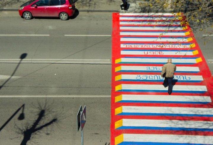 В Грузії пішохідні переходи перестали бути «зебрами» (фото)