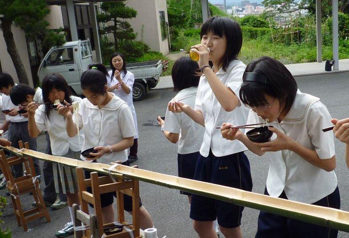 Японська традиція їсти локшину з жолоба (фото)
