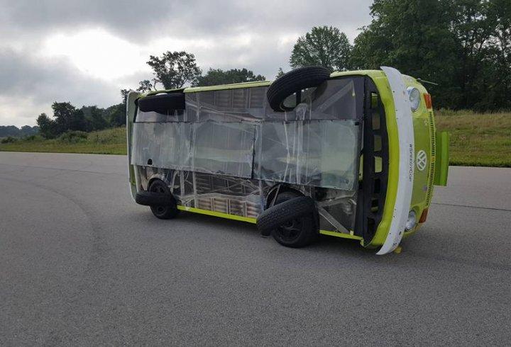 Автомобіль, який їздить на боці (фото)