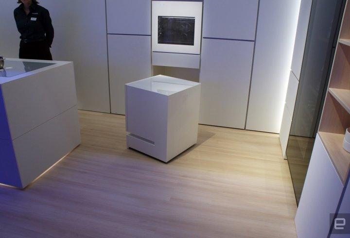 Японці створили холодильник, який приїжджає на голос власника
