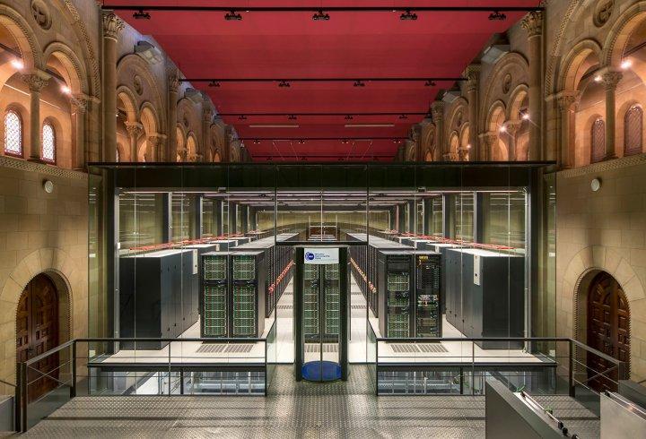Суперкомп'ютер в церкві (фото)