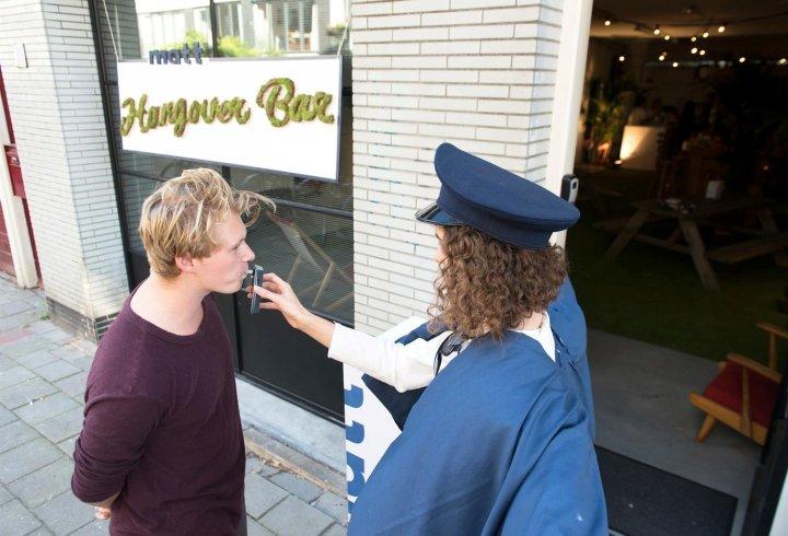 Бар в Амстердамі, куди дозволено заходити тільки після пиятики (фото)