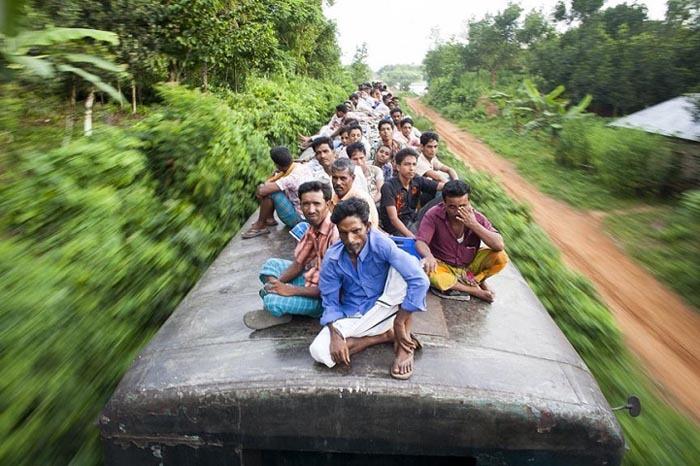 Поїздка на роботу ціною життя: нелегальні пасажири поїзда в Бангладеші (фото)