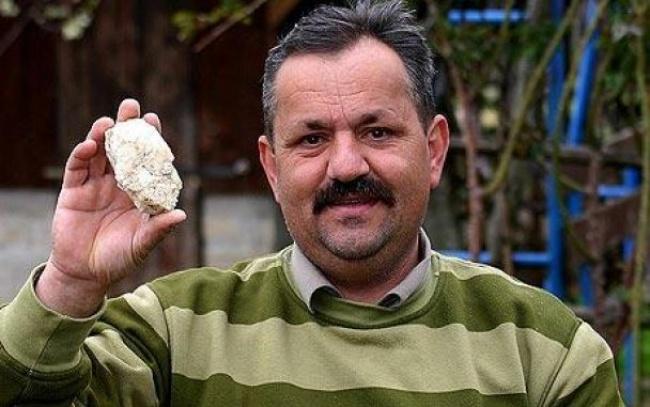 Чоловік у двір якого влучали метеорити шість разів поспіль