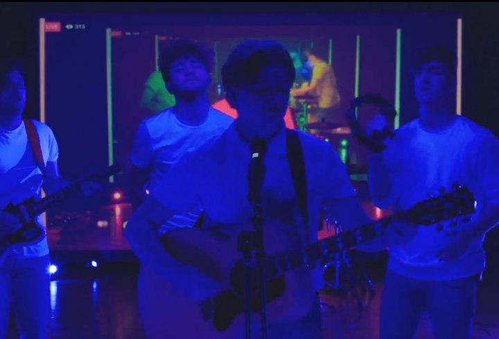 Група виконала пісню з зациклених фрагментів, використовуючи затримку в трансляції Facebook Live