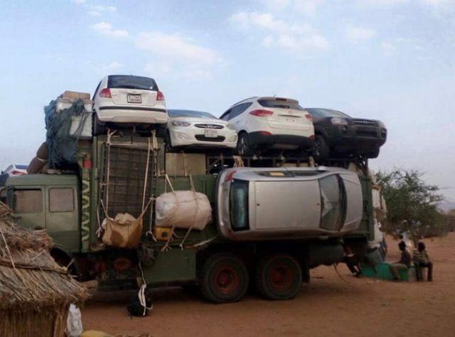 Як перевозять легкові автомобілі через пустелі Судану (фото)