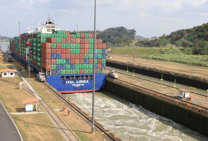 Як судна проходять через Панамський канал (фото)