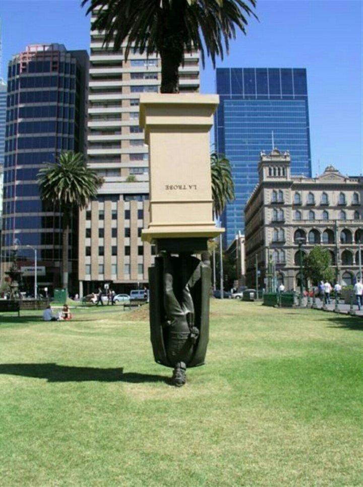 Пам'ятник Чарльзу Ла Тробе в Мельбурні догори ногами (фото)
