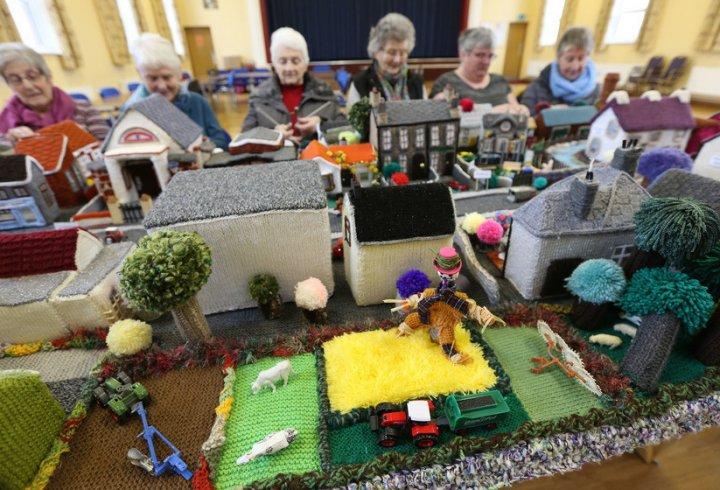 Пенсіонери зв'язали модель свого села - вийшло дуже тепло і затишно! (фото)