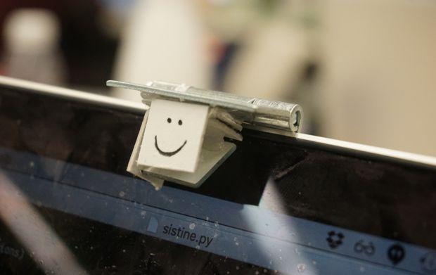 Дзеркало і дверна петля зробили екран ноутбука сенсорним