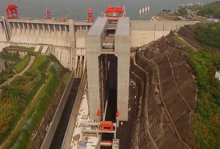 Як працює найбільший в світі ліфт для кораблів (відео)