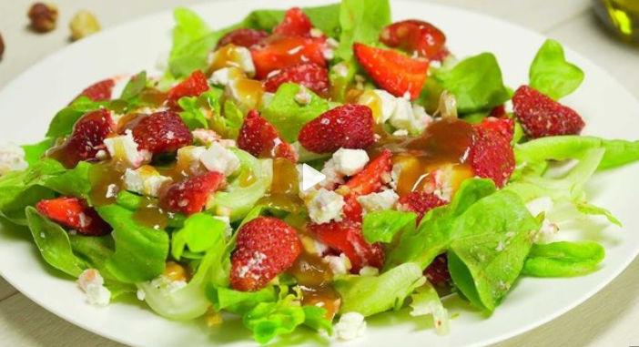 Літній салат з полуницею
