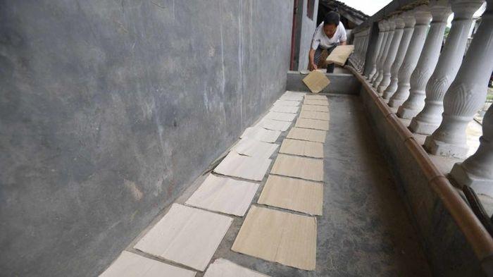 Китаєць 36 років виробляє папір вручну, щодня роблячи по 3000 листів (фото)