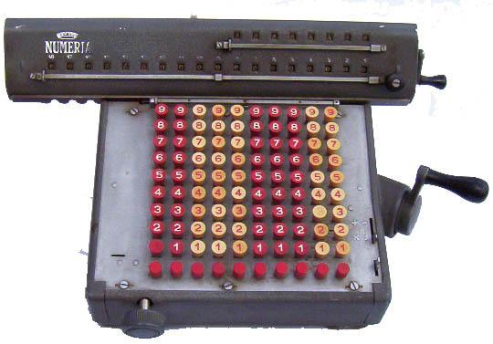 Чому клавіші на телефонах і калькуляторах розташовані по-різному?