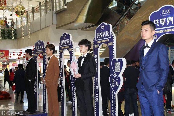 В китайських торгових центрах пропонують юнаків напрокат для комфортного шопінгу (фото)
