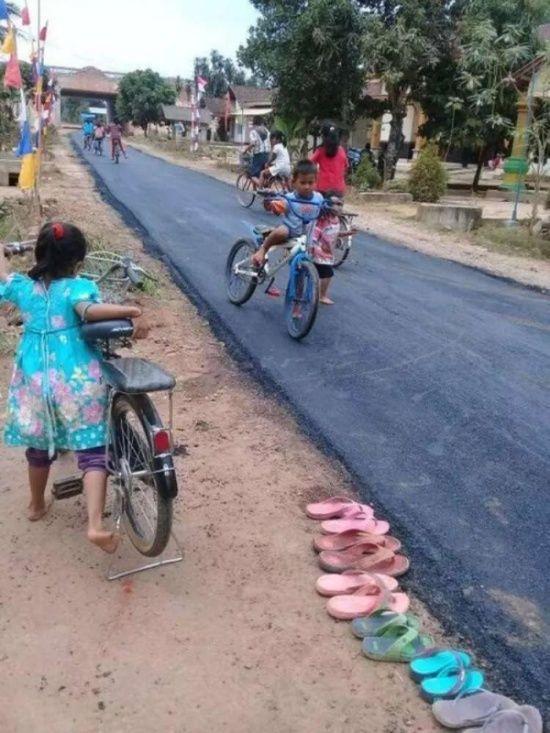 В індонезійському селі вперше заасфальтували дорогу (фото)
