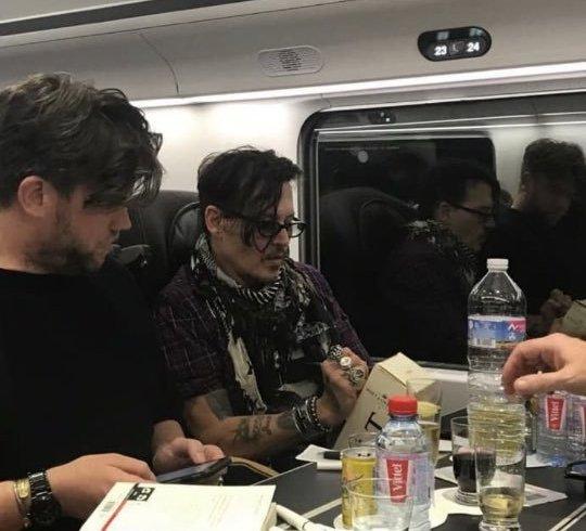 Джонні Депп подарував молодій парі пляшку дорогого шампанського по шляху до Лондона