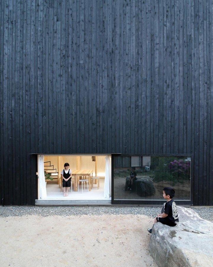 Житловий будинок «без вікон» - чорний японський паралелепіпед (фото)