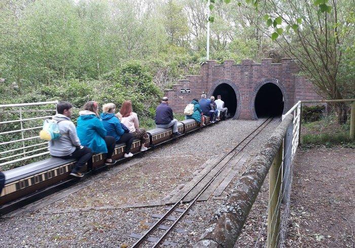 Дитяча залізниця в парку Kingsberry water park, Англія (фото)