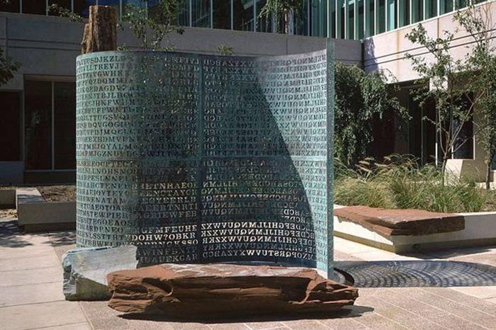 30 років ніхто не може повністю розшифрувати послання на цій скульптурі