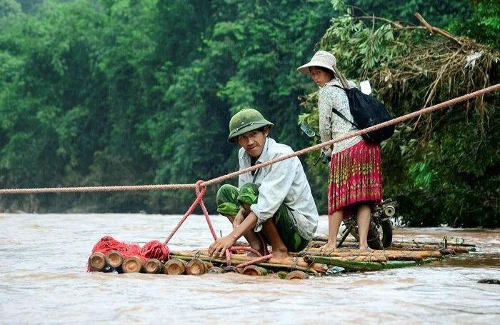 У пакеті через бурхливу річку - так сільські дітлахи добираються до школи (фото)