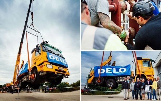 Суперсильний клей втримав в повітрі вантажівку вагою 17 тонн