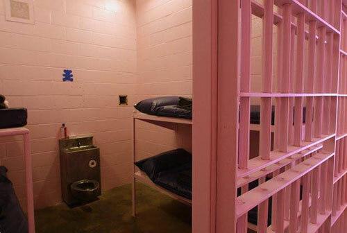 В'язням не сподобався заспокійливий рожевий колір камер
