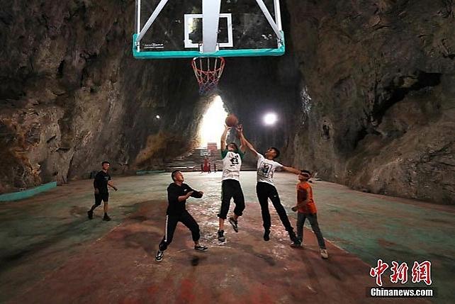 В Китаї всередині печери збудували баскетбольний майданчик