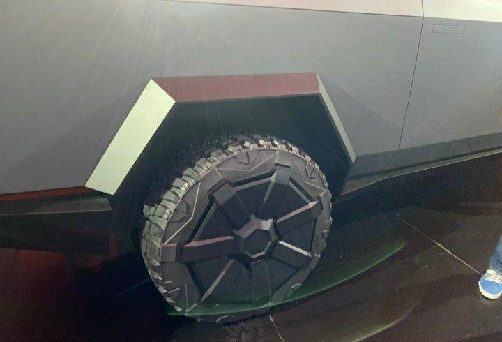 Ілон Маск представив Cybertruck - електричний пікап, схожий на брутальний бетмобіль (фото)