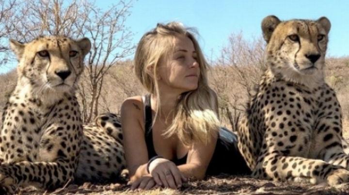 В Південній Африці дівчина все життя провела серед диких тварин (фото)