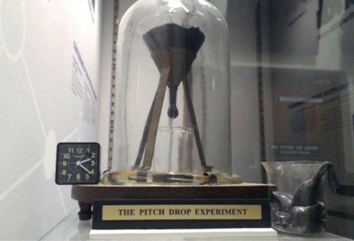 Експеримент з падінням крапель смоли, який триває вже 93 роки
