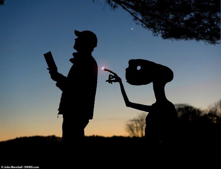Фотограф створює дивовижні фотографії за допомогою картону (фото)