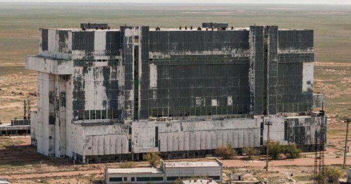 Фотограф проник на територію покинутого ангара з космічними кораблями в Казахстані