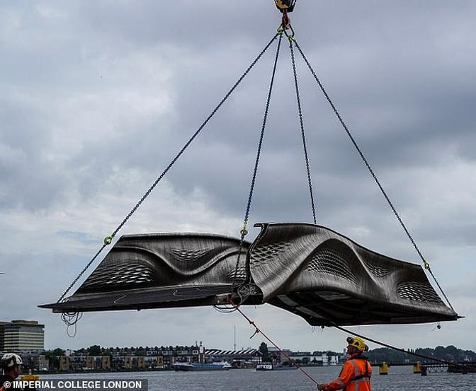 Сталевий міст, друкований на 3D-принтері встановлений в Амстердамі (фото)